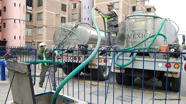 Camión cisterna que abastce agua en Iztapalapa