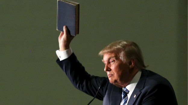 Trump con Biblia