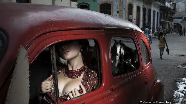 Una mujer posa