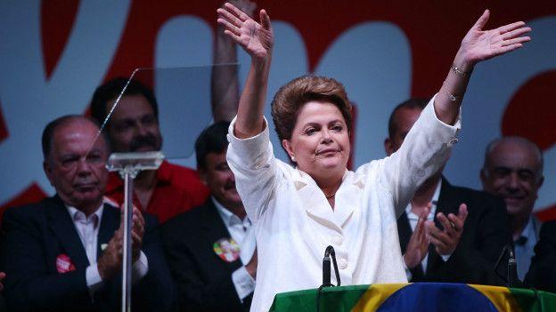Presidenta brasileña, Dilma Rousseff, saluda en un acto político.