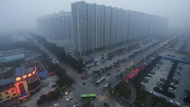 就目前中國民眾就新城市規劃文件中涉及打開封閉小區的產權、安全、交通等問題的爭議。