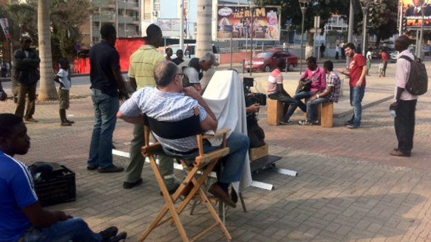 Brasileiros trabalham na campanha do presidente José Eduardo dos Santos Foto: BBC