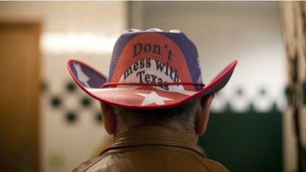 Un hombre con un sombrero sobre Texas
