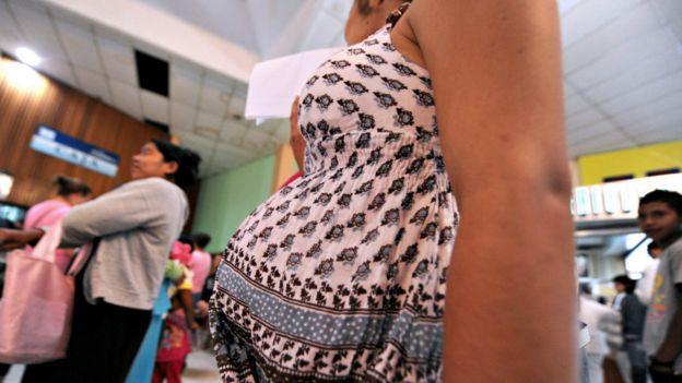 Una mujer embarazada