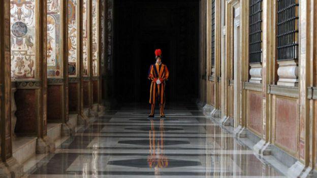 Un guardia en el Vaticano