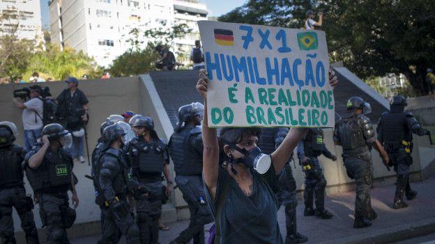 Manifestante en Brasil en contra del Mundial de Fútbol.