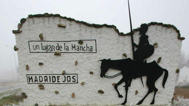 Silueta del Quijote al lado de una carretera
