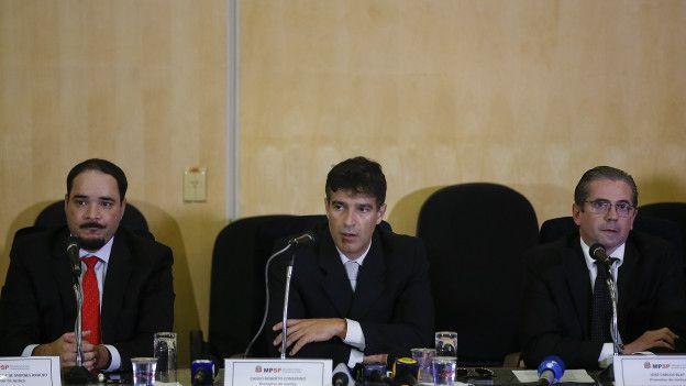 Los fiscales Fernando Henrique de Moraes Araujo (izquierda), Cassio Roberto Conserino (centro) y Jose Carlos Blat (derecha) son los que acusaron a Lula da Silva en el marco de una investigación por lavado de dinero.