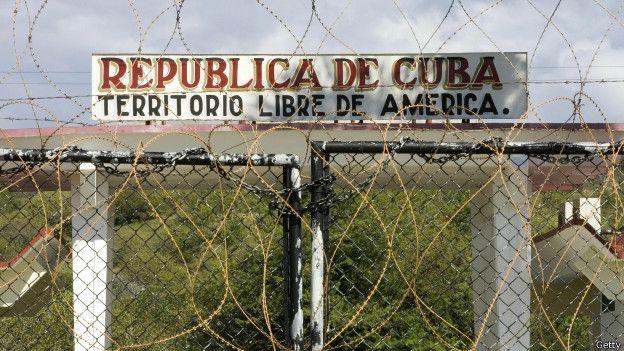 La valla que separa la base del territorio cubano