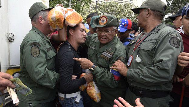 Militares en una cola en Venezuela