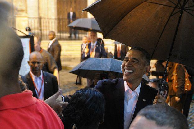 El presidente Obama estrecha manos con algunos ciudadanos cubanos apostados frente a la Catedral de La Habana