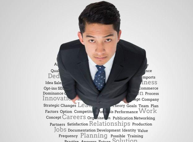 Una persona parada sobre una serie de palabras que reflejan sus cualidades