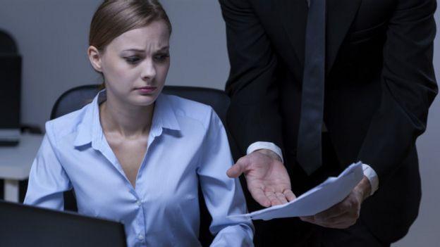 Una persona a la que están regañando en la oficina