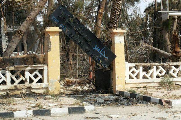 El ayuntamiento de la ciudad también quedó destrozado tras la invasión de Estado Islámico