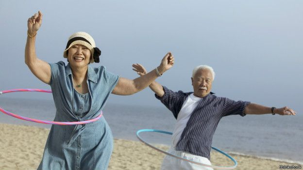Practicando el 'hula hoop' en la playa