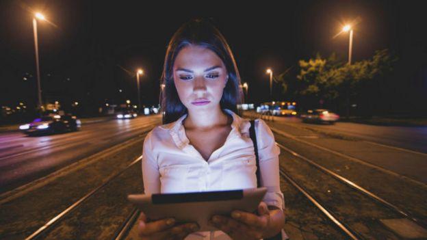 Una joven mirando su tableta