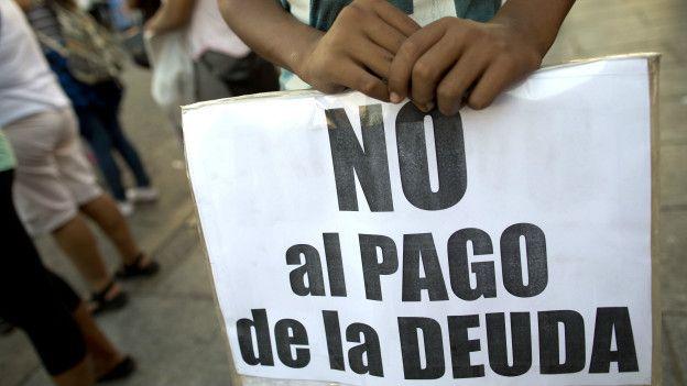 Un cartel de protesta contra el pago de los acreedores
