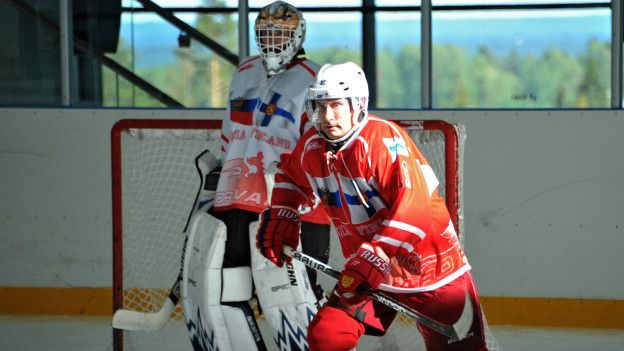 Vladimir Putin jugando hockey sobre hielo.