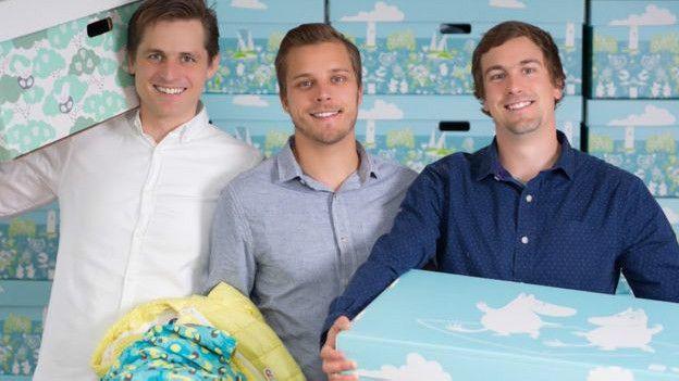 Tres hombres con una caja