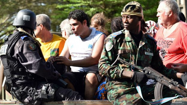 Soldados y civiles en Costa de Marfil