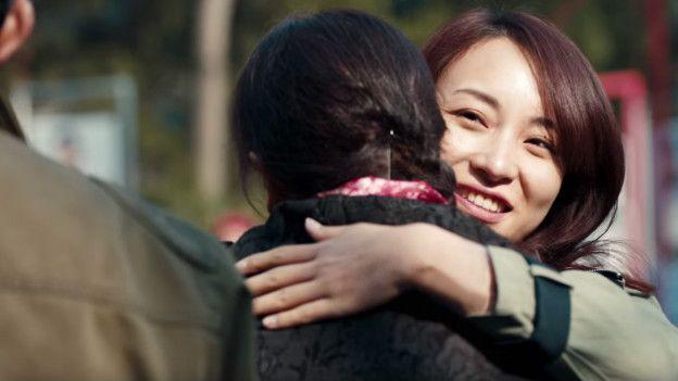 El video termina dando un mensaje positivo de entendimiento entre padres e hijas.