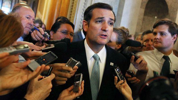 Ted Cruz habla con reporteros después de su discurso de 21 horas ante el Senado.