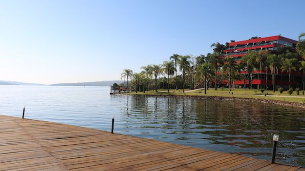 Lago Paranoá y parte del hotel Royal Tulip en Brasilia.