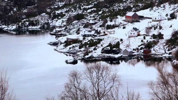 La familia que espera la devolución de sus cuatro hijos viven en una granja en un valle de Noruega.