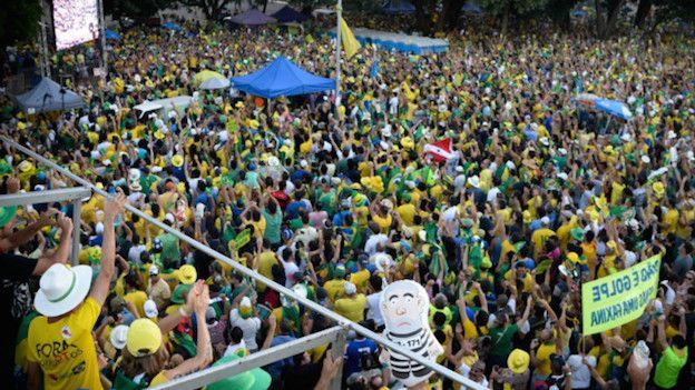 Manifestantes a favor del juicio político a la presidenta brasileña Dilma Rousseff acompañan la votación de la Cámara de Diputados a través de pantallas gigantes en la capital Brasilia y otras ciudades.