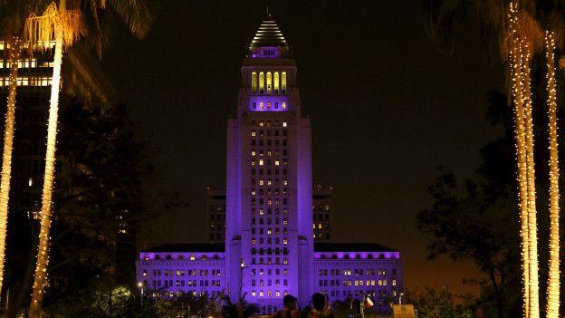 El palacio de gobierno de Los Angeles, en violeta. Numerosos homenajes se llevaron a cabo en las últimas horas para recordar al artista.