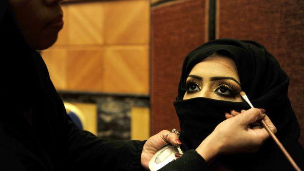 Una mujer se maquilla en Arabia Saudita