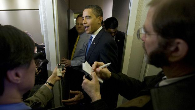 Obama y periodistas a bordo del Air Force One