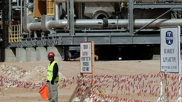 Un trabajador extranjero en una planta en Arabia Saudita