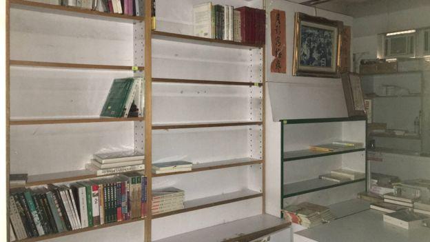 香港銅鑼灣書店內大部分書架被清空(31/3/2016)