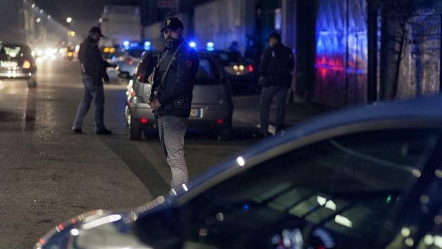 Oficiales de la Polizia di Stato en Milán. Foto: Nanni Fontana para Internazionale