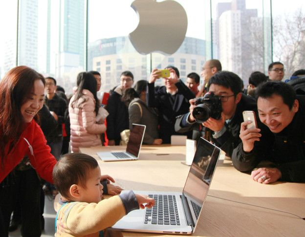 Consumidores prueban productos de Apple en China