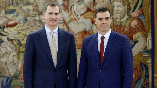 El rey Felipe, junto al representante del PSEO, Pedro Sánchez.