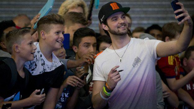Muchos vloggers o youtubers ganan dinero cuando asisten a eventos.