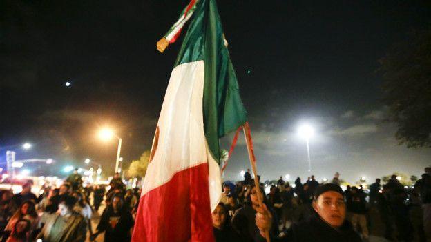Bandera mexicana en Costa Mesa