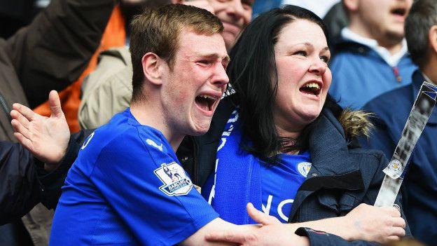 Dos aficionados del Leicester llorando