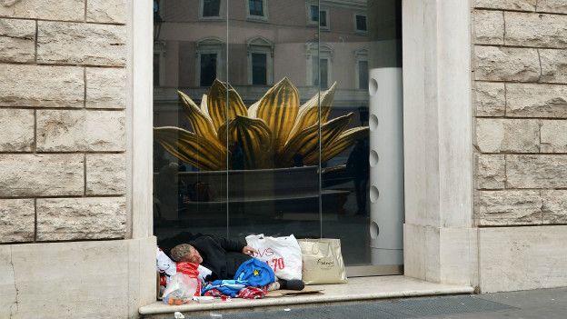 Mendigos durmiendo en las calles de Italia, como este frente a la Plaza San Silvestro, en Roma.