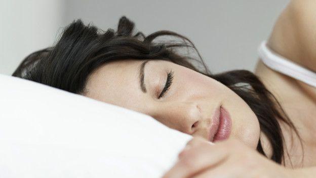 Las mujeres duermen un promedio de 30 minutos más que los hombres.