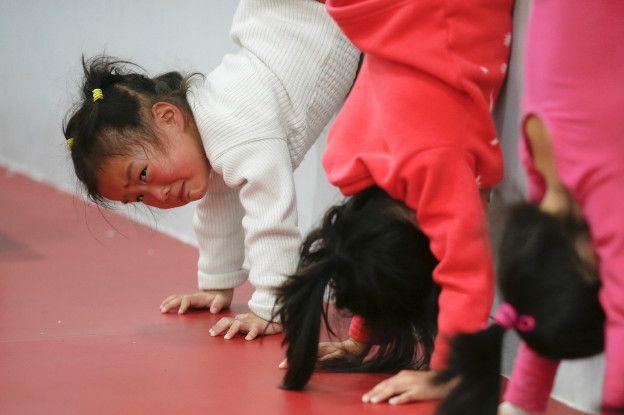 Una niña llora en uno de los entrenamientos.