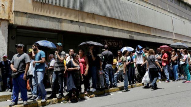 Colas, consecuencias del capitalismo, coartada$ varias. 160524115344_caracas_venezuela_640x360_reuters_nocredit