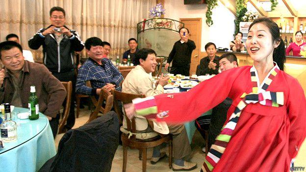 Camarera en un restaurante norcoreano en China