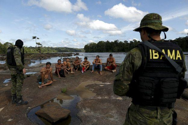 Mineros ilegales detenidos por las autoridades de Brasil.
