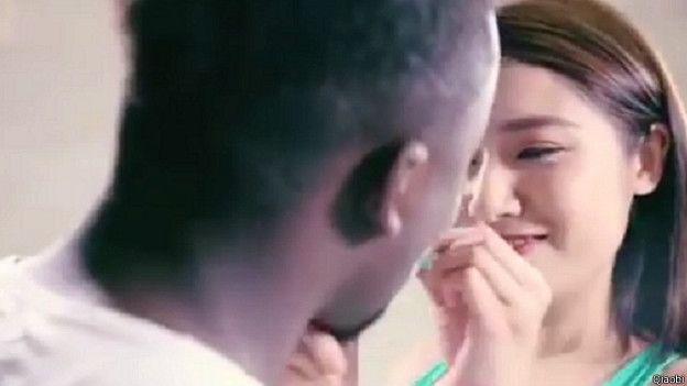 Ella le introduce en la boca un poco de detergente.