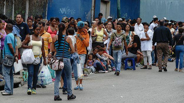 Filas para comprar productos básicos en Venezuela