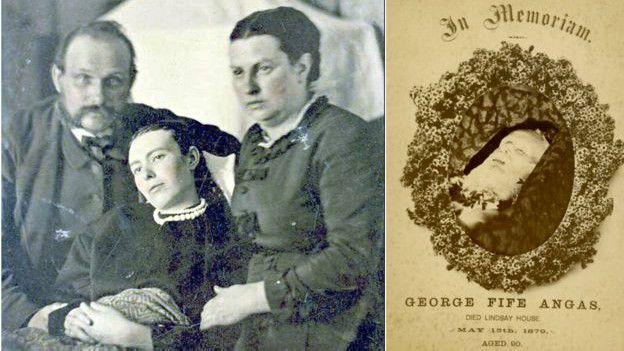 Imagen de una familia con una mujer muerta.