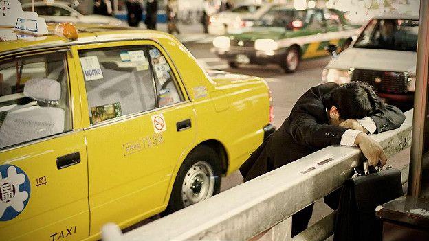 http://ichef.bbci.co.uk/news/ws/624/amz/worldservice/live/assets/images/2016/06/08/160608114308_japanese_man_napping_street_624x351_adrianstoreyuchujin_nocredit.jpg